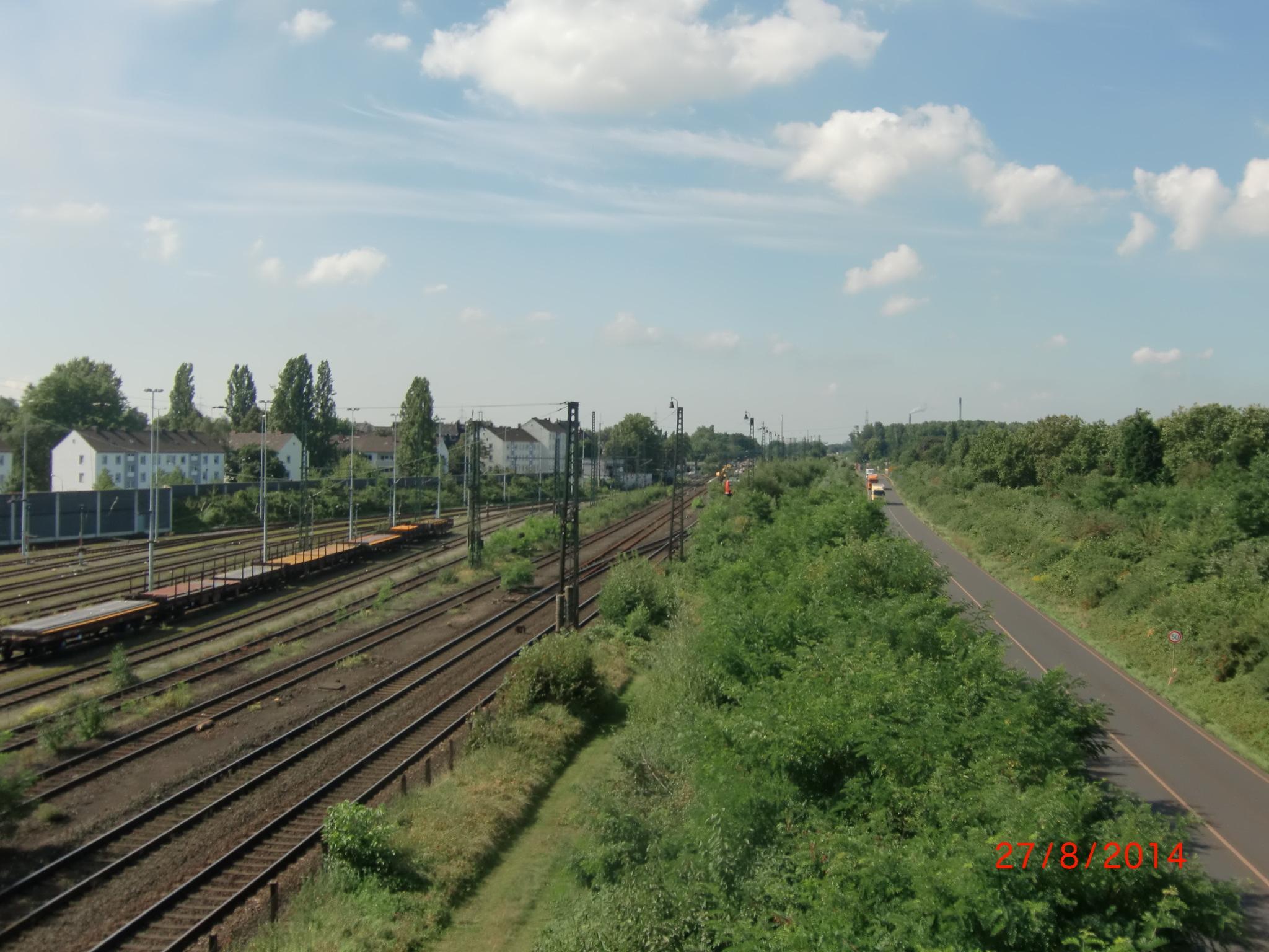 """Blick von der Gaterwegbrücke nach Westen auf den Bahnhof Rheinhausen in Friemersheim -- rechts sieht man die """"L 473"""""""