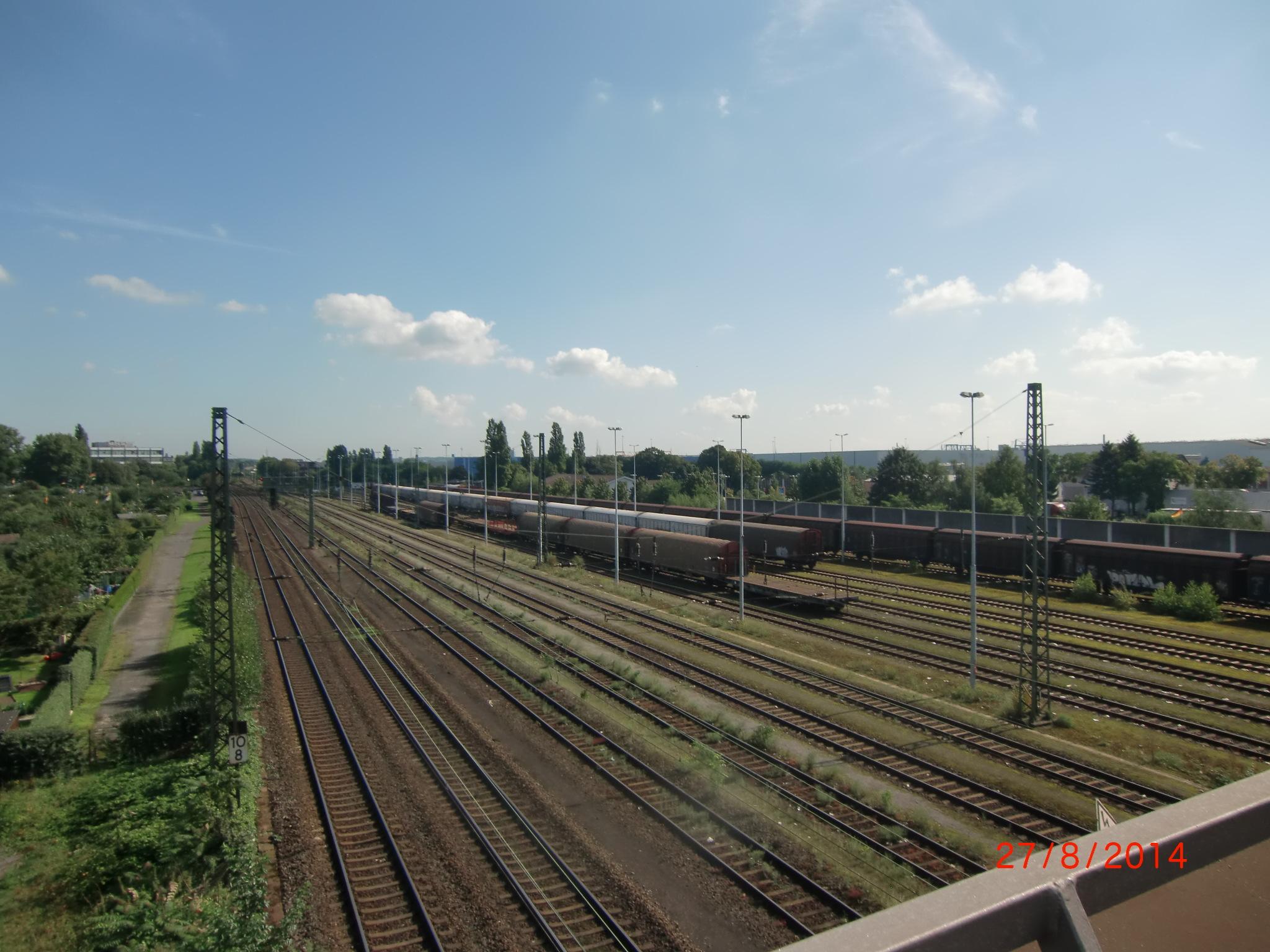 Blick von der Gaterwegbrücke nach Osten auf die Strecke Richtung Rheinbrücke -- rechts sehen Sie die Anschlußgleise für Logport 1